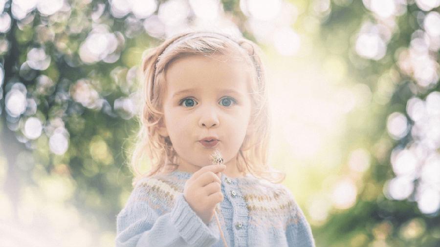 可爱小孩比心照片