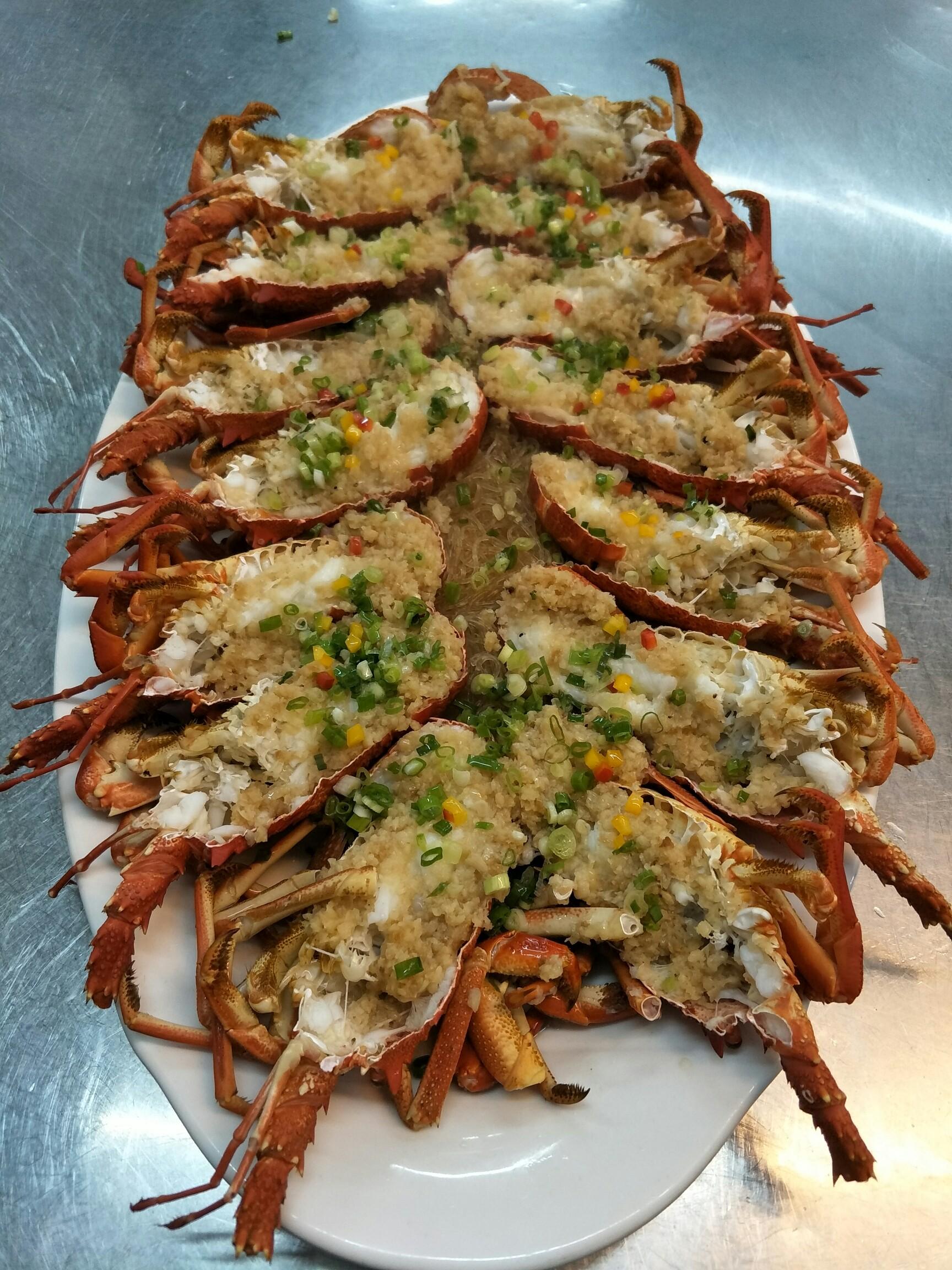 海鲜大餐:蒜蓉蒸龙虾,三味海鲜拼盘,蒸蟹宝