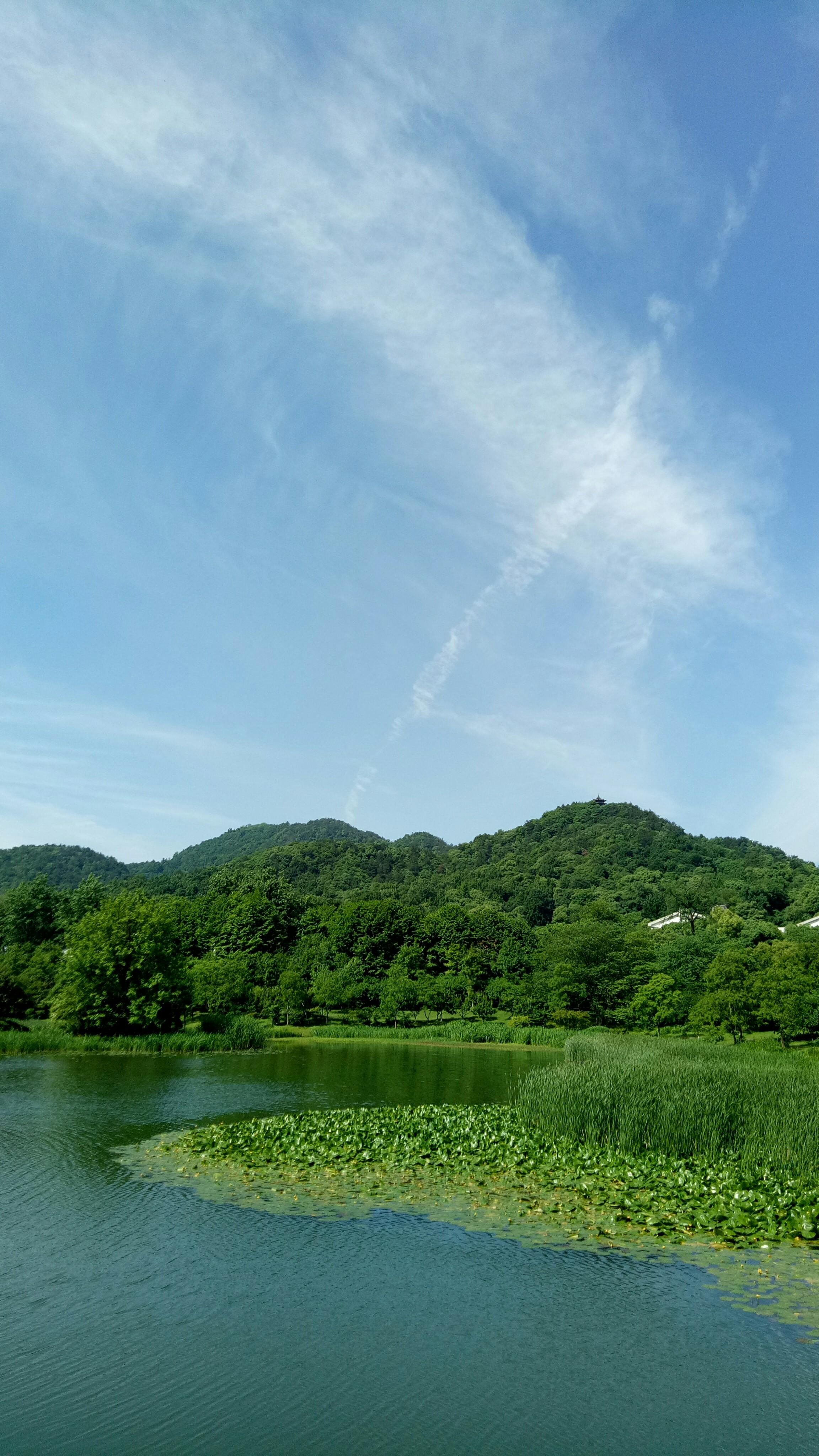 蓝天白云,青山绿水.
