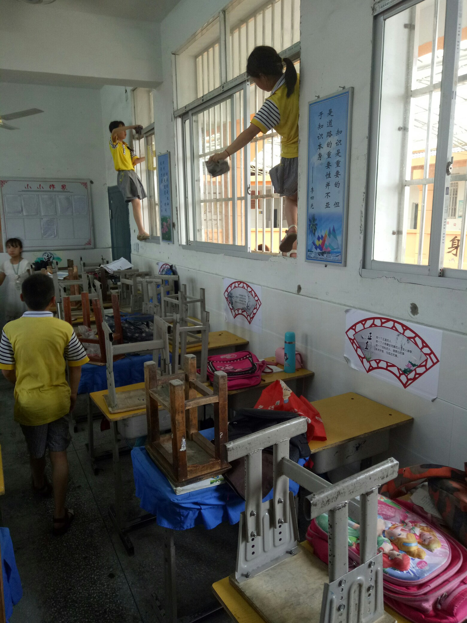 学校大扫除,孩子们真棒!