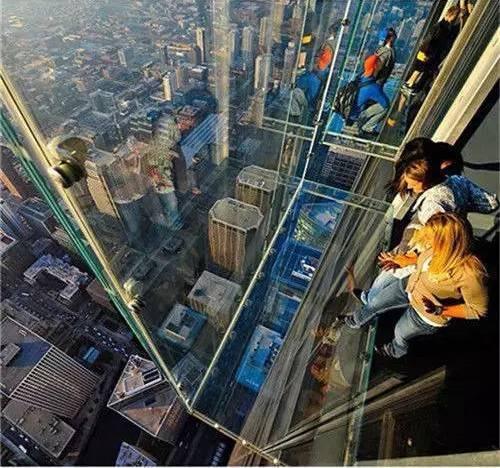 """""""芝加哥观光层""""是芝加哥西尔斯大厦的运营者突发奇想建造的,他在"""