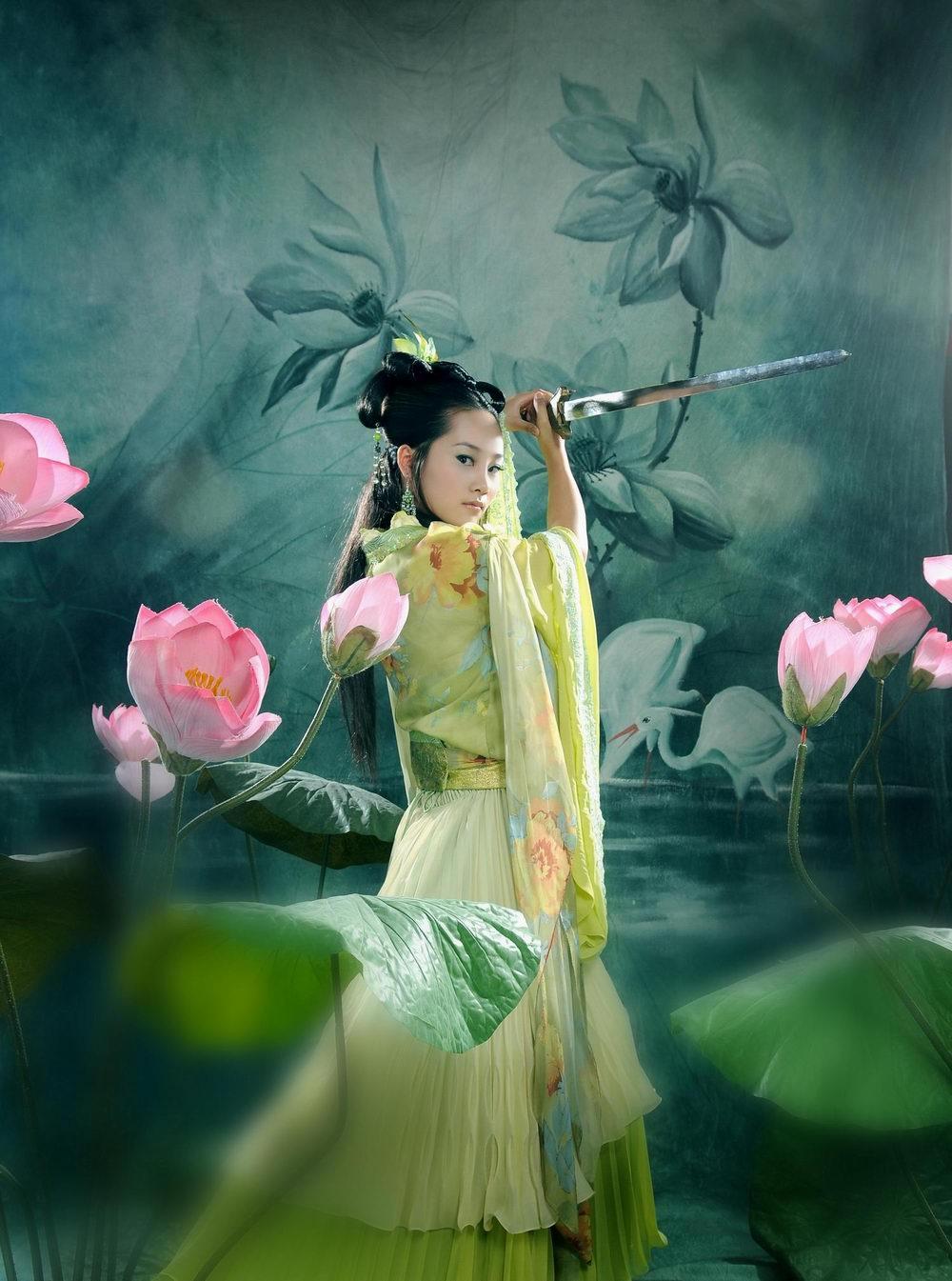 手绘古代持剑美女
