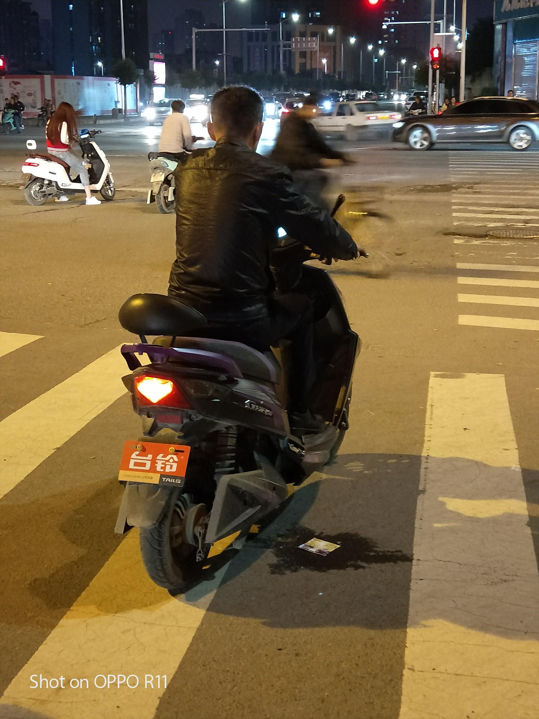 男夜晚路灯下背影图片